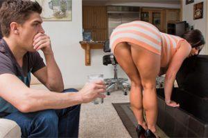 Nadržená matka pozve do kundičky mladý penis! (Kendra Lust a Bruce Venture)