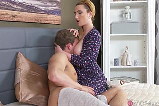 Prsatá panička Lucia Fernandez si užívá romanický sex s mladým sousedem!