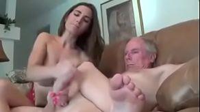 Mladá dívka trhne svého dědečka