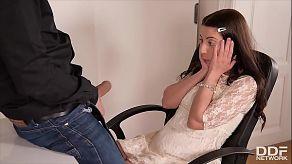 Dominantní šéf šuká svou prchavou sekretářku Therese Bizarre