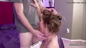 Moje máma se uklidňuje, když jí strčím penis do pusy